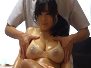 【SEX熟女動画】出張マッサージ師に寝取られる巨乳人妻!濡れ透け乳エロス!