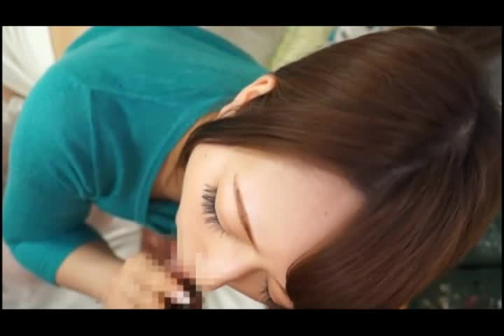 【SEX熟女動画】夫の同僚の肉棒を優しくシゴく美乳美魔女の浮気奉仕。手コキ&フェラでシゴきあげ、最後は胸射ぶっかけ。