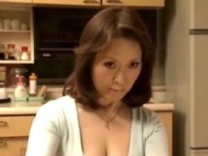 【SEX熟女動画】還暦近い五十路の美女な熟女奥さん!衰えぬ肉欲で夫の部下を誘惑してNTRセックス