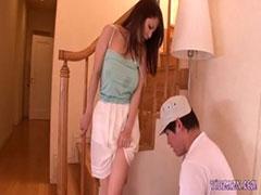 【SEX熟女動画】ノーブラ奥さんのスカートの中に潜ってドロドロのマ◯コを舐めまくる!