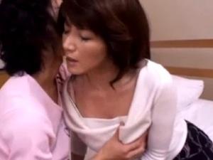 【SEX熟女動画】息子の友達と肉体関係にある熟女妻!息子の横で激SEX!