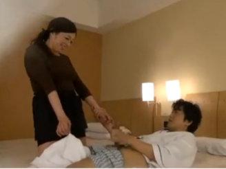 【SEX熟女動画】「困りますお客様…」出張マッサージの美女熟女にセンズリ見せつけた結果www