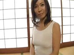 【SEX熟女動画】ノーブラでも平気なの〜透けた乳首を弄ると突然エロくなる51歳の熟女とコンドーム姦!