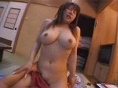 【SEX熟女動画】オッパイボインボイン人妻のグラインド騎乗位