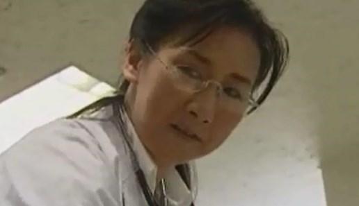 【SEX熟女動画】男の身体に触れるのは仕事の時だけ!!欲求不満な熟女医師が映画館の暗がりの中で大胆な行動を・・・