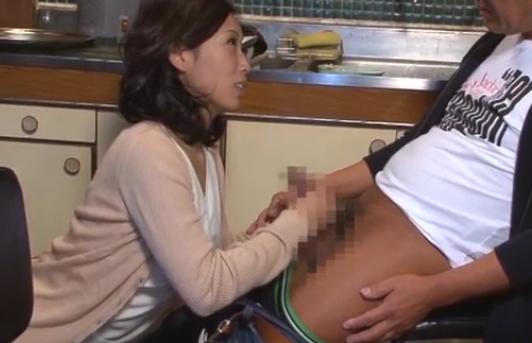 【SEX熟女動画】「お義父さんのチ●ポ硬~い」ダンナが寝ているのに台所でむしゃぶりつき種付けされる淫靡嫁