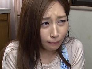 【SEX熟女動画】スリム美女ママの肉体を執拗に求めるキチ○イ息子!困り顔、涙目に・・・