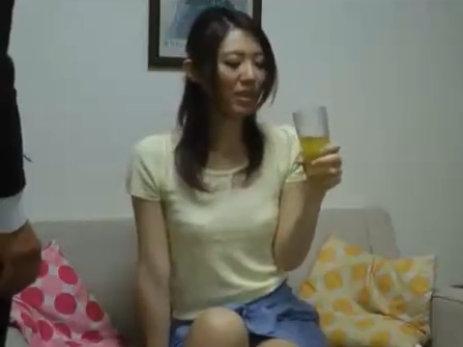 【SEX熟女動画】美人奥さん訪問販売の男性に危ないアレを飲まされ発情しセックスで無許可膣内射精される