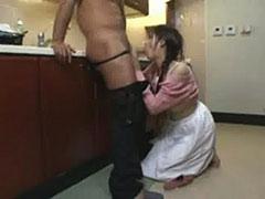 【SEX熟女動画】台所でフェラを教えこまれる嫁