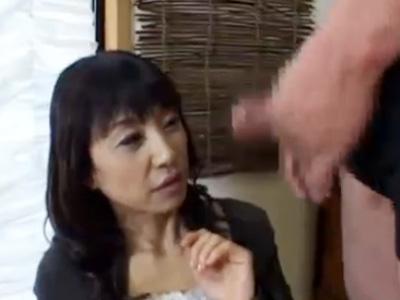 【フェラチオ熟女動画】50代には見えない美人妻がセンズリ鑑賞で発情してしゃぶる!